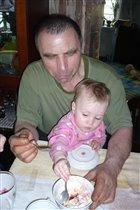 Дедуля, дай ещё ложечку мороженого!