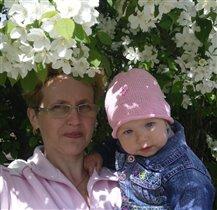 Ксюша с бабушкой под цветом яблони