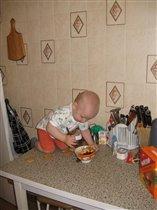 А я вот так помогаю маме готовить!