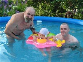 В бассейне с дедулей и папулей