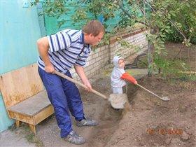 папе помогаю: грядку я копаю!