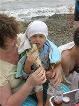 с бабой Олей на море едим камбалу