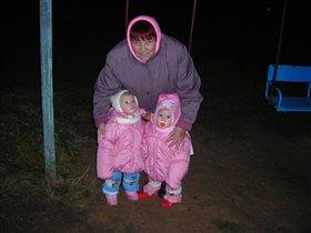 Прабабушка на прогулке с правнучками близняшками