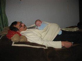 Деда спит, ну  и я шуметь не стал, рядом лег я с ним поспать