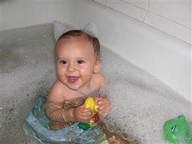 Маленький лисенок купается :-)