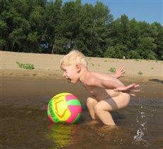 Купание мяча в Волге