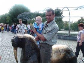 с дедом в зоопарке