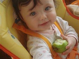 мое первое яблоко!)))