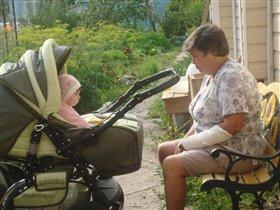 мы с бабушкой одно лицо!))) посмотрите, разве не похожи!)