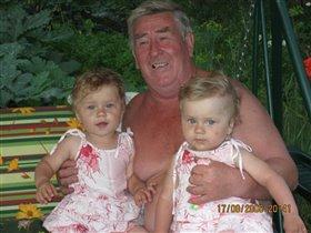 Мы с дедулей втроем очень весело живем!