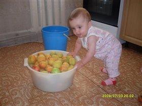 Моя принцесса всегда помогает мне готовить)))
