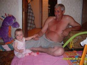 Внучка и дед прикольно вдвоем играют)))