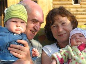 Серьёзные детки, весёлые предки))