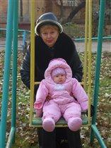 с бабушкой катаемся на качелях