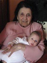 Софи на руках у своей прабабушки....и это здорово