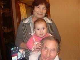 Викуля с бабушкой и деушкой:)
