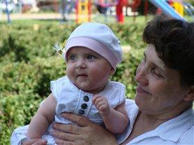 С любимой бабушкой на руках, что может быть лучше