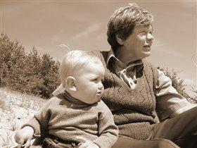Мы с бабулей смотрим в одном  направление ...
