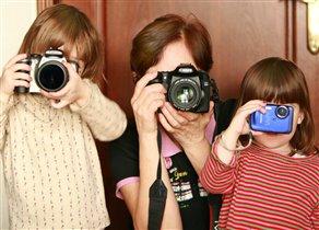 А нас бабушка учит фотографировать!