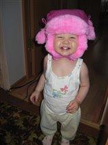 Вот, как сильно доченьке понравилась новая шапка!