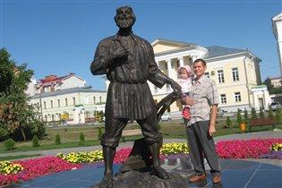 На фоне памятника 'Тамбовскому мужику'