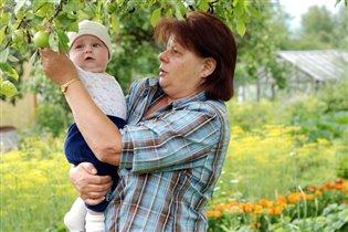 С бабулей в саду