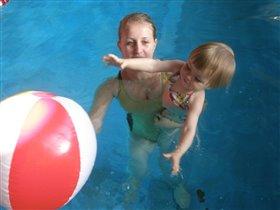 В бассейне.