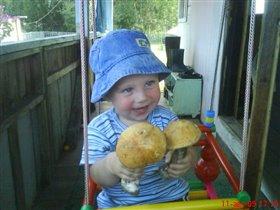 Наш Андрюшка - маленький грибник