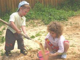 помогу сестренке накопать песочек