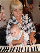 Бабушка учит Лиану играть на синтезаторе