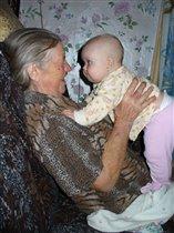 Полина с прабабушкой в деревне