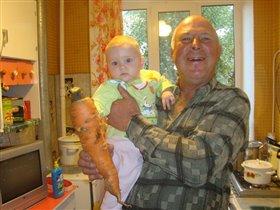 мы с дедушкой выкопали морковку....