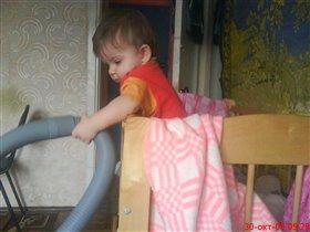Доча помогает маме=)