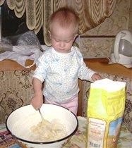 Будем печь мы пирожки, замесила тесто.