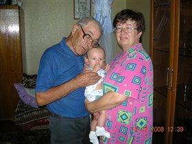Прадед с правнуком и бабушка с внуком!