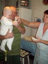 Уроки кулинарного мастерства! Дочка перенимает опыт у бабули!!!