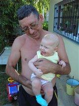 я на дедушке сижу...