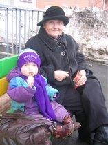 С моей бабушкой вдвоем посидим и пожуём