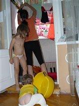 Голопопые мамины помощники!