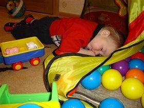 устал в мячик играть, надо поспать!