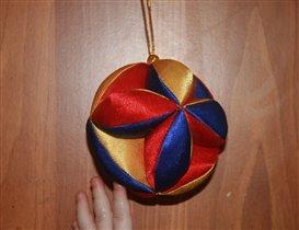Рождественский шар и шаловливая ручка