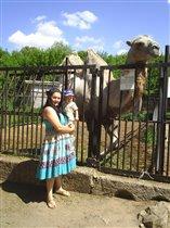 Ратмирчик с мамой на погулке в Казанском зоопарке.