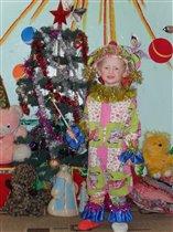 Добрый Дедушка Мороз ёлку в садик к нам принес