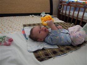 Сашенька с игрушкой впервые