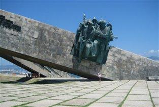 Такой большой памятник и такие маленькие мы))