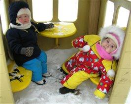 Ох и снегу намело, даже сесть тяжело!