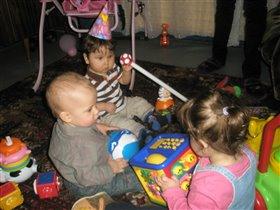 Мы игрушки разбросали, а потом мы в них играли))))