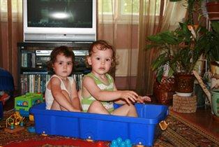 Я сестренку развлекаю, на коробочке катаю