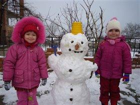 Две сестры и снеговик!