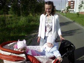 Сашенька и Анечка играют в коляске